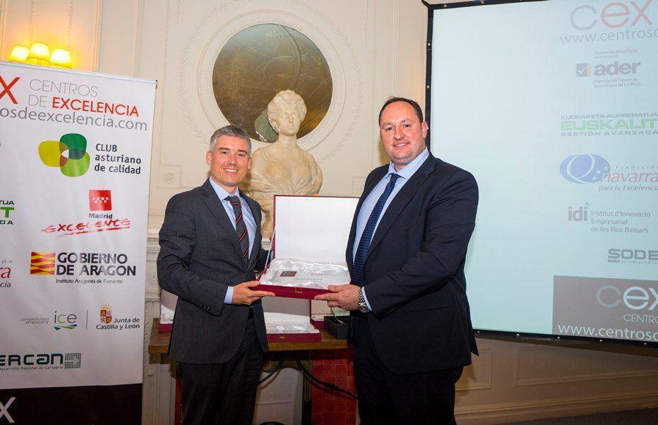 Mariano Zapatero del club Asturiano de la calidad (i) entrega el reconocimiento como finalista a Marco A. Fernández Alonso, Director General CEO de ESNOVA RACKS(d)