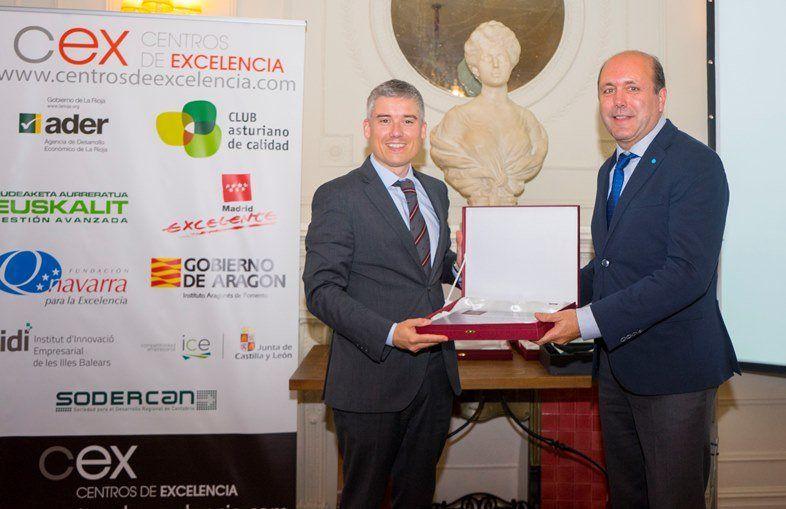 Marino Zapatero del club Asturiano de la calidad(i) entrega reconocimiento finalista a Angel Ignacio Suarez Perez , Quality&sustainability Manager de Thyssenkrupp Norte(d)